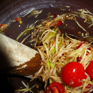 How to make tum mark hoong – Lao spicy green papaya salad recipe